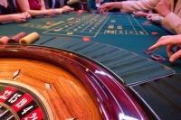 Roulette, jetons, table de jeu, bois, mains